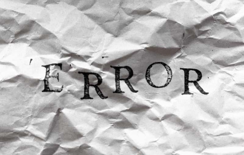 くしゃくしゃの紙に書かれERROR(エラー)の文字